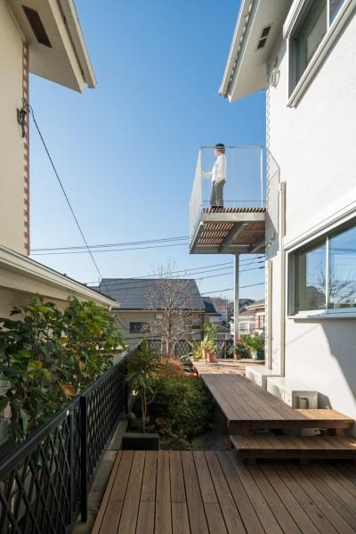 1階の回遊テラス (トムジェリ 二人の距離を調整する家)