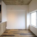 現し×足場板×フロアタイル。人気の要素が詰まったインダストリアルテイスト賃貸リノベーションの写真 LDK