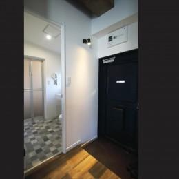 現し×足場板×フロアタイル。人気の要素が詰まったインダストリアルテイスト賃貸リノベーション (玄関)