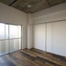現し×足場板×フロアタイル。人気の要素が詰まったインダストリアルテイスト賃貸リノベーションの写真 寝室