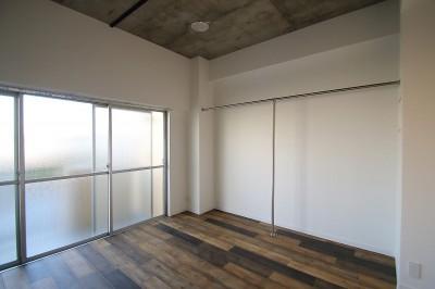 寝室 (現し×足場板×フロアタイル。人気の要素が詰まったインダストリアルテイスト賃貸リノベーション)