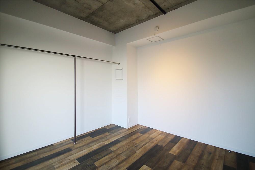現し×足場板×フロアタイル。人気の要素が詰まったインダストリアルテイスト賃貸リノベーション (寝室)