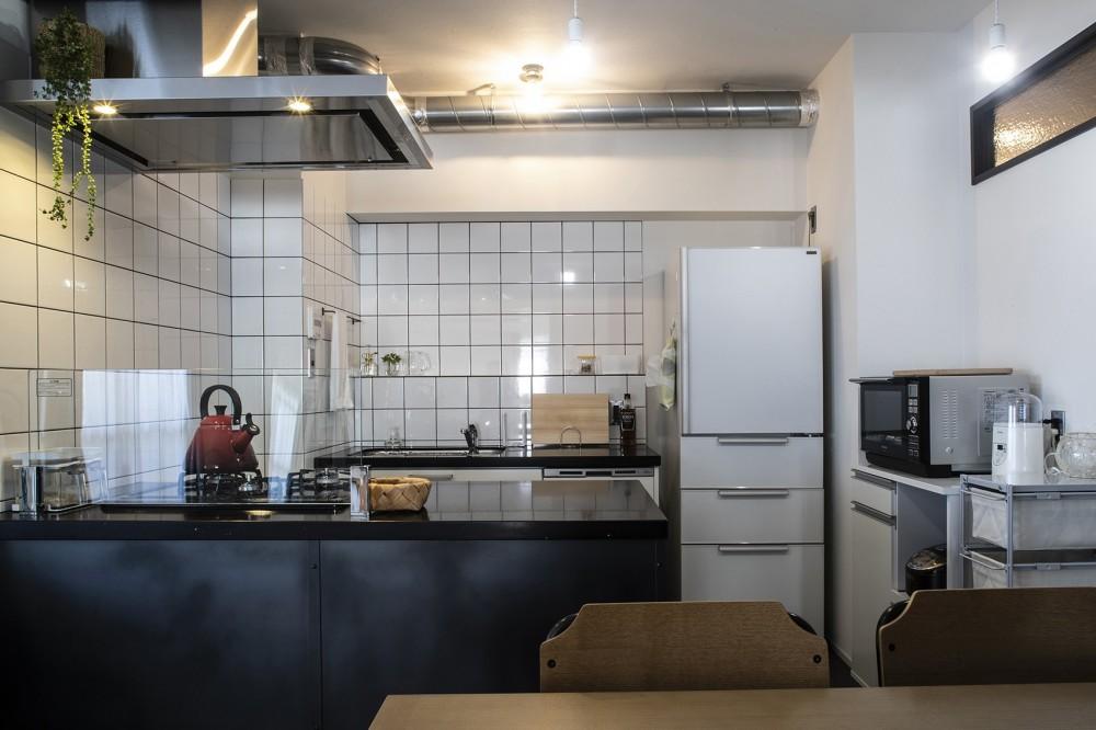 ダークカラーとハードな素材×ナチュラルオーク (キッチン)