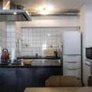 ダークカラーとハードな素材×ナチュラルオークの写真 キッチン