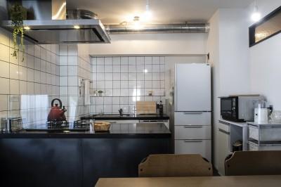 キッチン (ダークカラーとハードな素材×ナチュラルオーク)