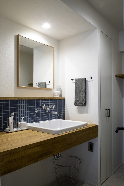 ダークカラーとハードな素材×ナチュラルオーク (洗面室)