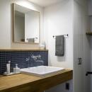 ダークカラーとハードな素材×ナチュラルオークの写真 洗面室