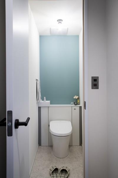 トイレ (ダークカラーとハードな素材×ナチュラルオーク)
