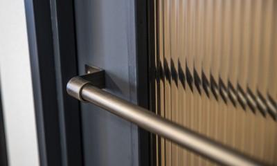扉|ダークカラーとハードな素材×ナチュラルオーク