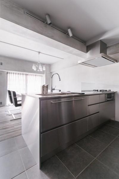 キッチン (line~明快なゾーニングとモノトーンのカラーリング。際立つ「美しい境界線」~)