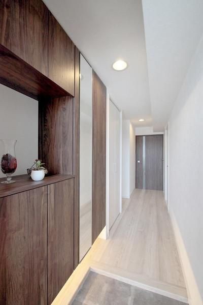 玄関 (ギャラリーのような広く洗練された空間に)
