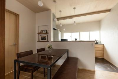 既存の床の間の板を再利用したダイニングテーブル (築48年戸建リノベ|既存を活かした金沢の住まい)