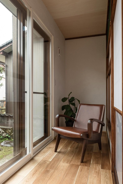 築48年戸建リノベ|既存を活かした金沢の住まい (ゆとりある時間を過ごす縁側)