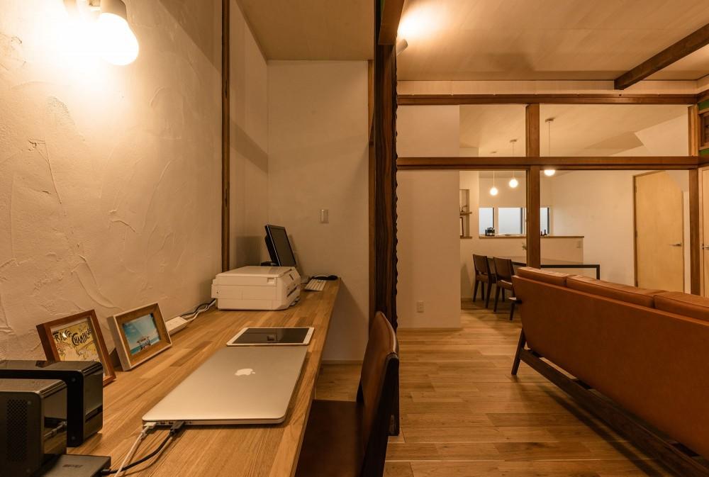 築48年戸建リノベ|既存を活かした金沢の住まい (床の間と仏間を貫く作業台)