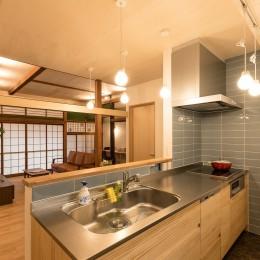 築48年戸建リノベ|既存を活かした金沢の住まい (可愛いタイル貼りのキッチン)