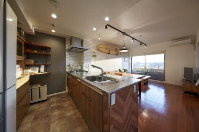 オーダーメイドのヴィンテージキッチン (アメリカ西海岸の暮らしを我が家にも。カリフォルニアスタイル全面改装)