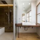 現代アートが生きるアーバンペントハウスの写真 バスルーム