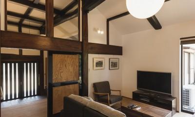 玄関とLDKをつなぐケヤキの梁|築100年!愛着を残した古民家の断熱性能向上リノベーション