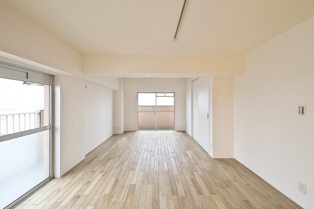 充実した収納でいつでもキレイな家に。アンティークな雰囲気漂うマンションリノベーション (2面採光の明るいリビング)