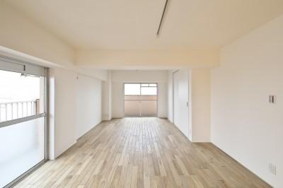 2面採光の明るいリビング (充実した収納でいつでもキレイな家に。アンティークな雰囲気漂うマンションリノベーション)