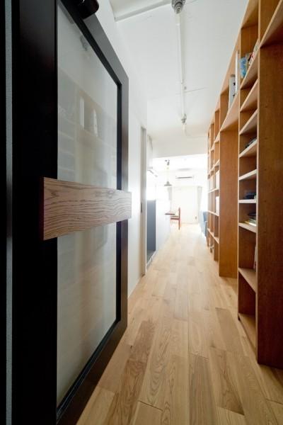 本棚 (本棚に囲まれたひみつの入り口)