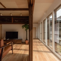 築48年戸建リノベ|既存を活かした金沢の住まい (LDK-縁側ー庭の関係性)