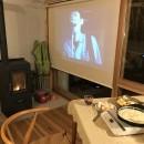 OUR CABIN OUR DIY~直営、DIYで小屋をつくる~の写真 ロールスクリーンで映画を見る