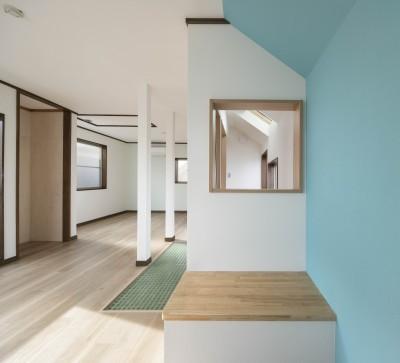 青い壁がポイントの、変化のある子供部屋 (光と風のリノベーション住宅)