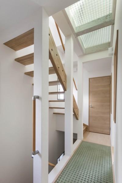 光を取り入れる、スケルトン階段とFRPグレーチングの吹抜 (光と風のリノベーション住宅)