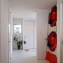 無垢材と珪藻土の湘南スタイルの家の写真 玄関ホールからお母様の寝室へ