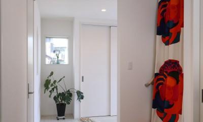 無垢材と珪藻土の湘南スタイルの家 (玄関ホールからお母様の寝室へ)