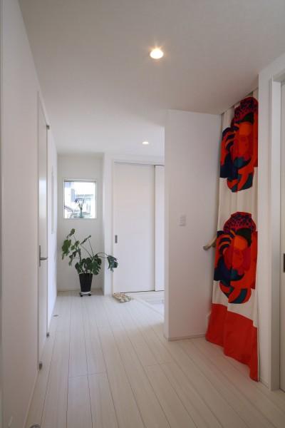 玄関ホールからお母様の寝室へ (無垢材と珪藻土の湘南スタイルの家)