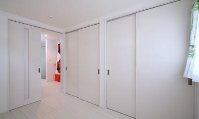 バリアフリーの寝室と1階スペース|無垢材と珪藻土の湘南スタイルの家