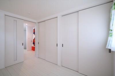 バリアフリーの寝室と1階スペース (無垢材と珪藻土の湘南スタイルの家)
