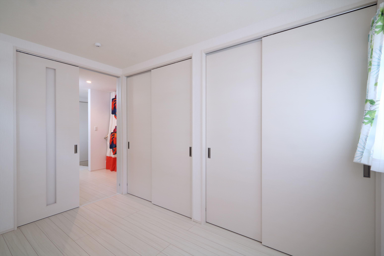 ベッドルーム事例:バリアフリーの寝室と1階スペース(無垢材と珪藻土の湘南スタイルの家)