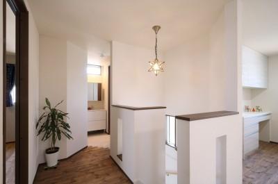 2階のLDKへ (無垢材と珪藻土の湘南スタイルの家)