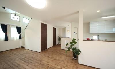 ダイニングから階段を上がって屋根裏部屋へ|無垢材と珪藻土の湘南スタイルの家