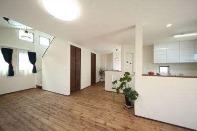 ダイニングから階段を上がって屋根裏部屋へ (無垢材と珪藻土の湘南スタイルの家)