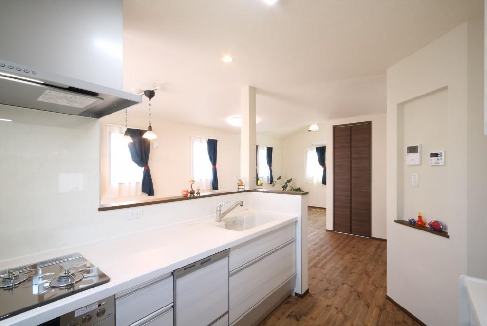 無垢材と珪藻土の湘南スタイルの家 (キッチンから2階のLDKを)