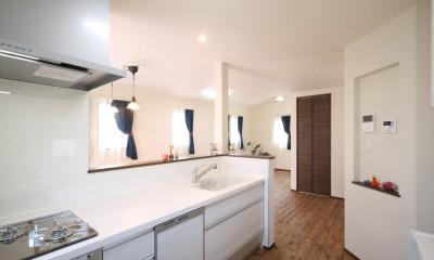 キッチンから2階のLDKを|無垢材と珪藻土の湘南スタイルの家