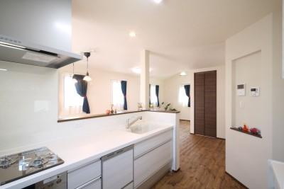 キッチンから2階のLDKを (無垢材と珪藻土の湘南スタイルの家)