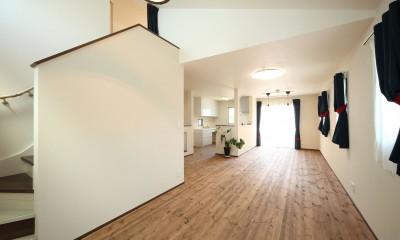 2階リビングからロフトへ|無垢材と珪藻土の湘南スタイルの家