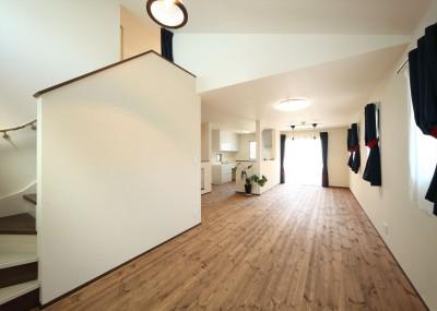 2階リビングからロフトへ (無垢材と珪藻土の湘南スタイルの家)
