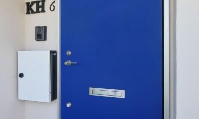 伝統的なロイヤルカラーの青いドア|Kengington House(ケンジントンハウス)