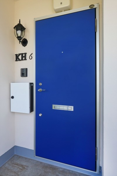 伝統的なロイヤルカラーの青いドア (Kengington House(ケンジントンハウス))