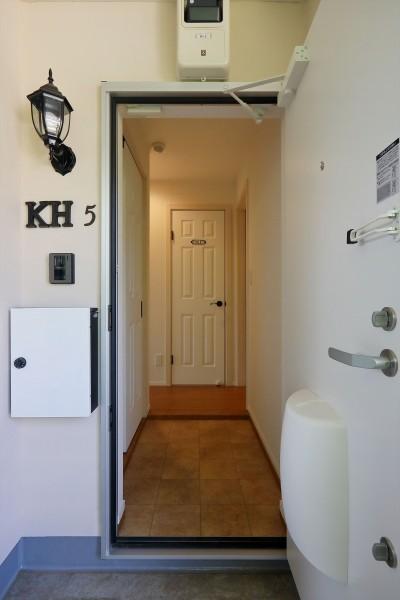 ファミリータイプのアパートは、壁面靴収納 (Kengington House(ケンジントンハウス))