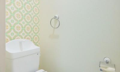 アクセントウォールのあるトイレ|Kengington House(ケンジントンハウス)
