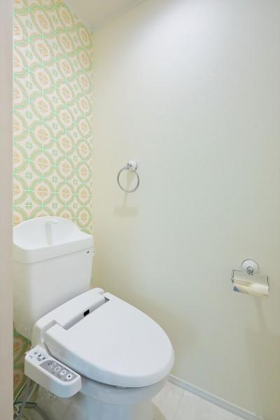 アクセントウォールのあるトイレ (Kengington House(ケンジントンハウス))