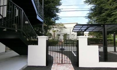 Kengington House(ケンジントンハウス) (駐車場からアパート入口への門扉)