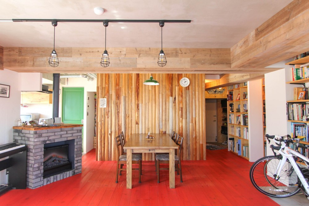 赤い床の山小屋ハウス (赤い床と丸太の壁のリビングダイニング)